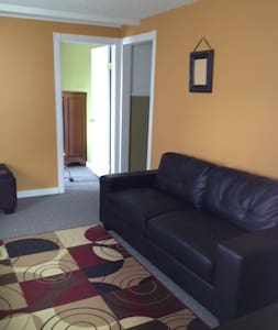 Comfy 3 bed Apt Downtown Rossland - Apartment