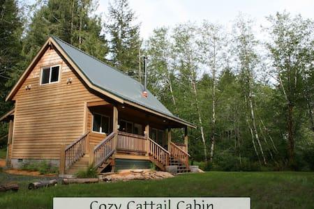 Cozy Cattail Cabin Coastal Retreat - Blockhütte