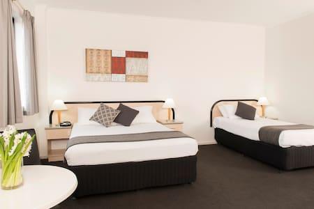 Riviera Deluxe Twin Room - Adelaide - Bed & Breakfast
