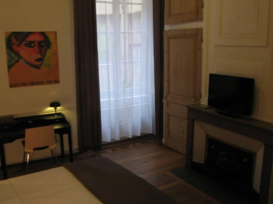 Télévision, bureau et fenêtre sur cour
