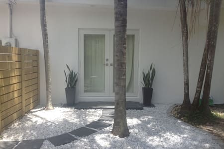 Modern, quiet 1 bed with private entrance & patio - Miami