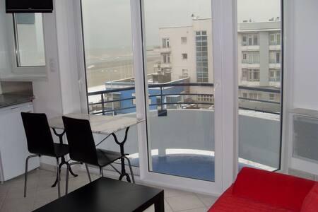 Studio meublé tout confort face à la mer - Apartment