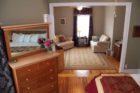 King Suite, private bath  - Bed & Breakfast