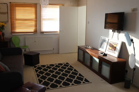 Spacious modern studio by Heathrow - Bedfont - Appartement