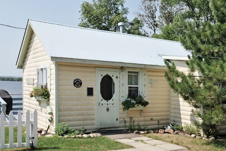 Crisp and fresh white decor is the theme of this cottage for those who appreciate a cozy setting. Max is 2 adults and 2 children.    Updates for Summer 2015* * 1 Brand new Queen Bed  * New Paint & Wallpaper