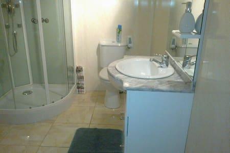 Chambre privée avec salle de bain comme à l' hôtel - Geffosses - Townhouse
