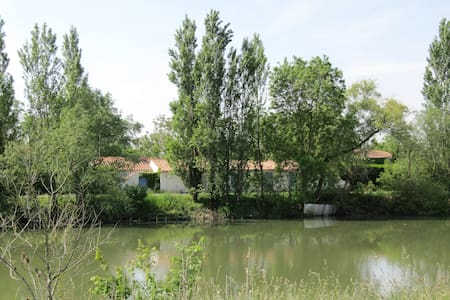Le Moulin du Pomère, en bordure de rivière. - Daire