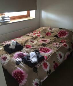 Cosy guestroom in modern city apt. - Kondominium