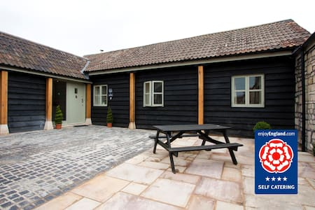 Cow Byre Cottage: Sleeps 4 - Hus