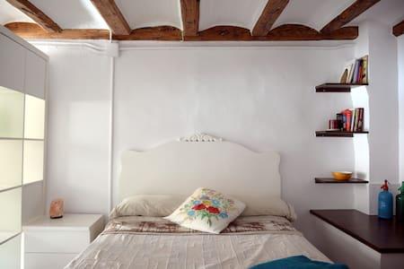 Habitació en una casa de tàpia i fusta - House