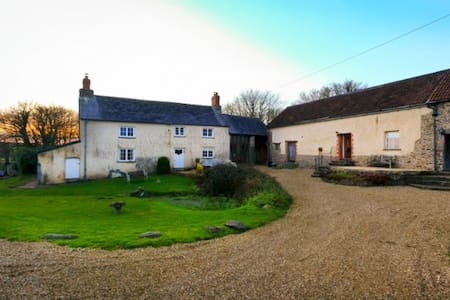 BUCKLAND BREWER COB BARN | 2 Bedrooms - House