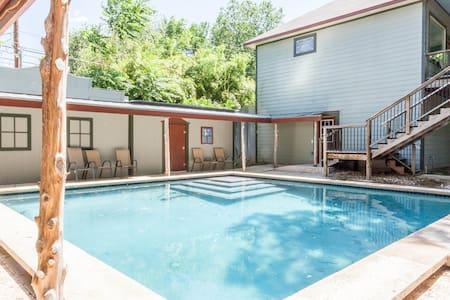 Rare Wild West-style compound nr DT - Austin - Villa