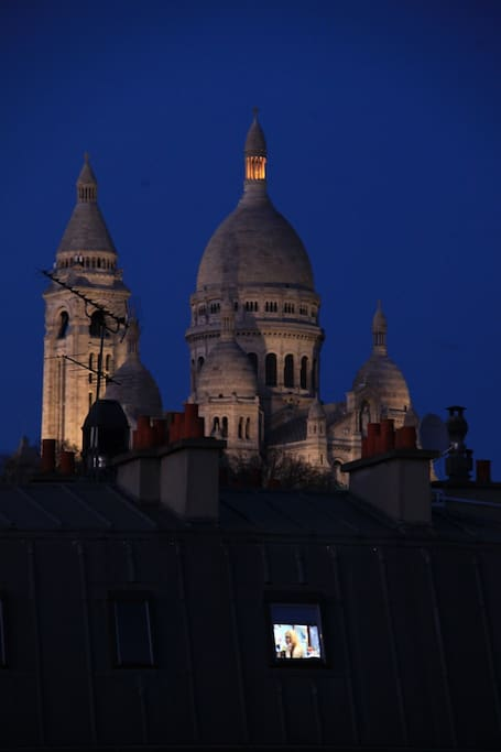 The view on the Sacré Coeur by night. And we love the TV of our neighbour ;-)