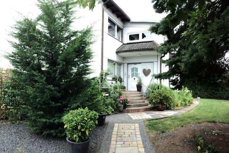 Sonniges Apartment mit Dachterrasse und Garten - Meckenheim - Apartamento