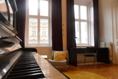 room with out-of-tune piano \_(ツ)_/ - Vienna - Apartment