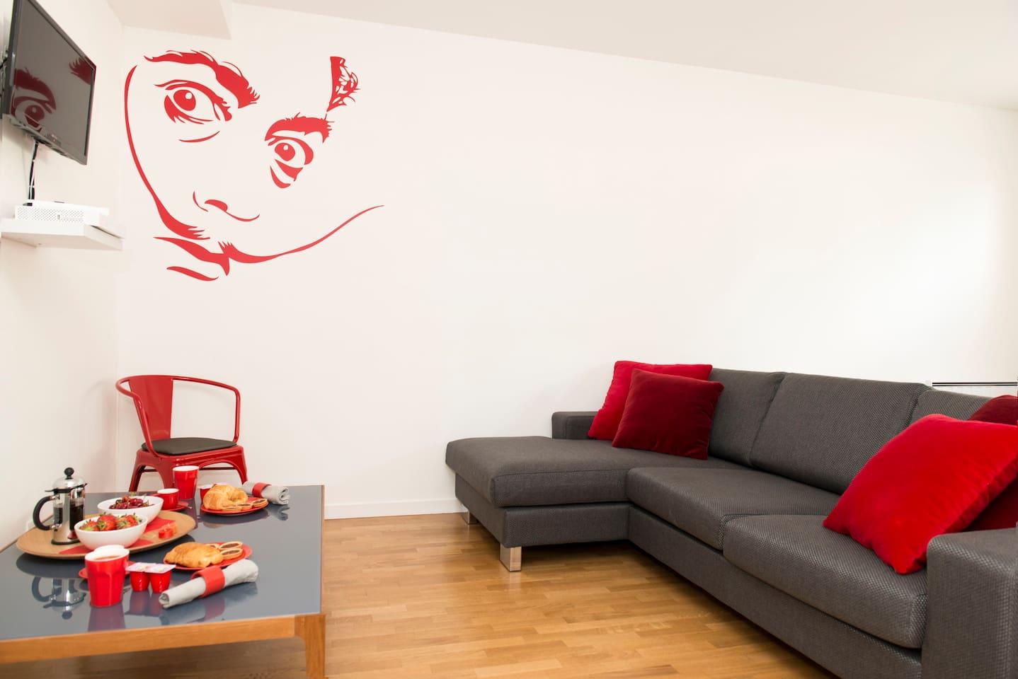 Living room 1 (with a 4-seat modern design sofa and a flat screen wall TV) / Séjour 1 (avec un canapé moderne de 4 places et une télévision murale à écran plat)