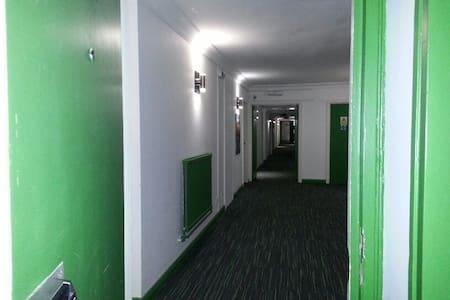 HU1 Ensuite Room Across Bus/Rail Main Station - Leilighet