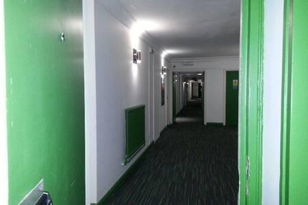 HU1 Ensuite Room Across Bus/Rail Main Station - Appartement