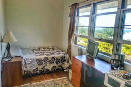 Hilltop Legacy | Hilo Bay Room - Hilo - House