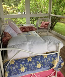 Screened In Porch in HudsonValleyFarmhouse - Hopewell Junction - Ev