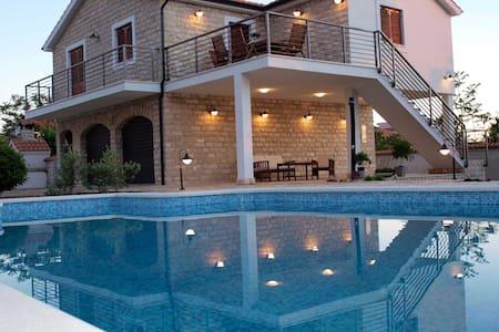 Unique experience Villa Piscina**** - Gornje Selo - Villa
