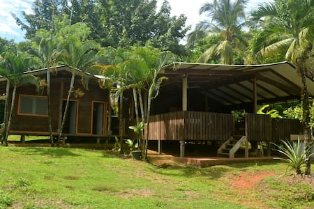 A cozy Tico style house nestled in the rainforest - Guesthouse