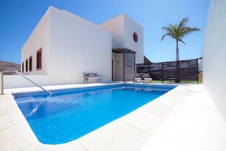 Villa 1 con piscina frente al mar - Arenas del Mar