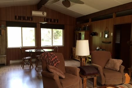 Cabin nestled in the woods near Lake Winnipeg - Bélair - Apartment