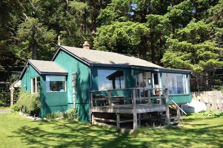 Ocean Front Driftwood Cottage  - Quathiaski Cove - Rumah