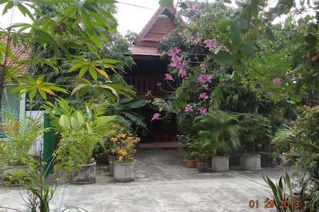 teak house  chiang mai thailand  - Haus