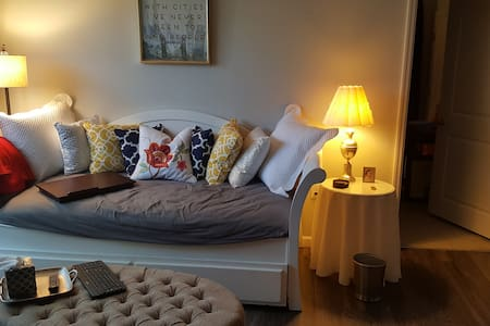 Private bed/bath in Professional's apartment - Apartment