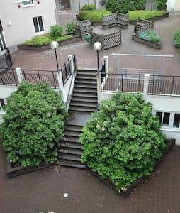 TOPPLÄGE, MITT I CENTRUM, FRÄSCHT KOMPLETT BOENDE! - Appartement