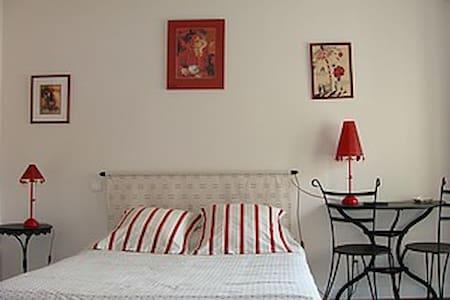 """Hue Le Vent Chambres """"des Poules"""" - La Digne-d'Amont - House"""
