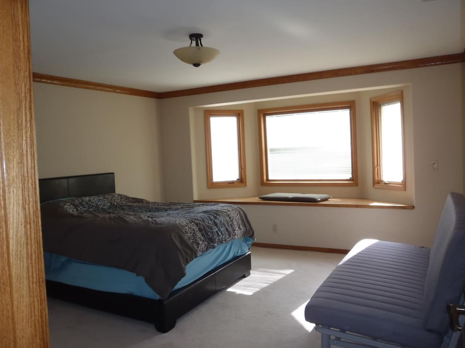 Queen bedroom with fold out futon