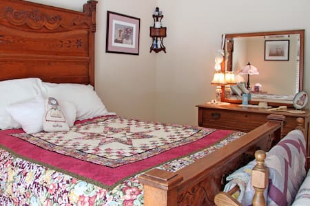 "Kentucky ""White House"" Antique Room - Crestwood - Bed & Breakfast"