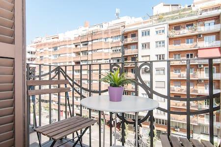 Bonita habitación para dos personas, com balcón y preciosas vistas al Eixample. Colchón de látex muy cómodo. Máximas calidades! Cocina y baño. Salón también con balcón. Aire acondicionado!