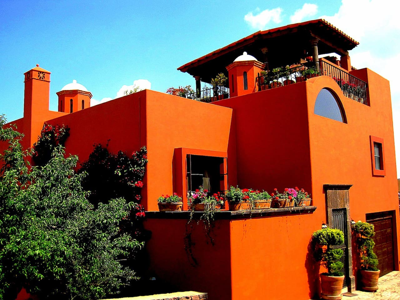 On Top of Los Balcones, with 360 degree views of San Miguel, with 3-gardens, a Rooftop Terrace, and covered Balcony!