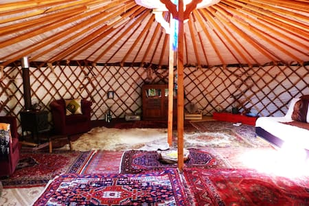 Off-grid, handmade yurt in lush forest - Jurte