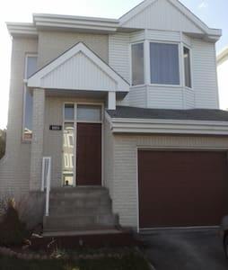 Tres beau cottage 2 niveaux a Laval(Ste Rose) - Laval - Maison