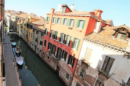 Canal view, central and spacious.  - Venezia - Appartamento