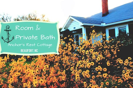 Room in quaint Beaufort cottage-pet sitter nearby - 一軒家