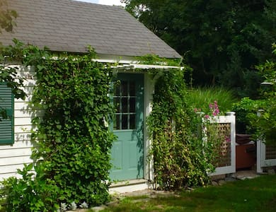 Backyard Rhode Island Cottage - Portsmouth - Stuga