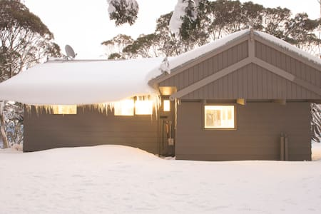 Central Chalet Walk to Lifts-small room - Chalet