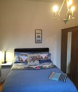 Double bed in relaxed house. - Altrincham - Hus