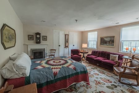 The Cashmere Room at Springdale Village Inn - Bed & Breakfast