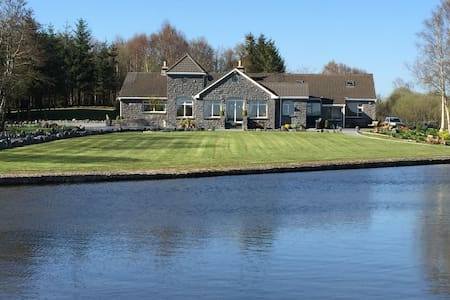 Beautiful Lakeshore Lodge Cong Mayo - House