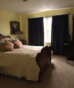 Charm Sunlit Private bedroom n bath - Ház