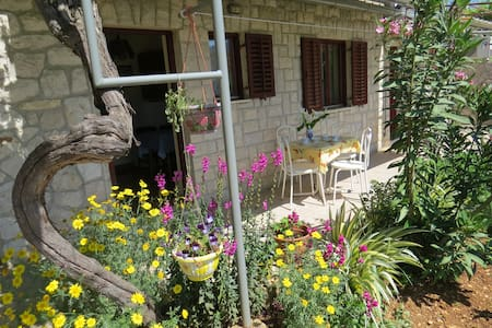 Pleasant garden apartment-Old town and beaches5min - Appartement