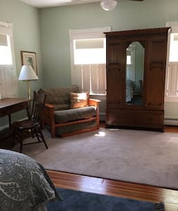 Spacious Studio  on the East Side/ Own Entrance - Providence - House