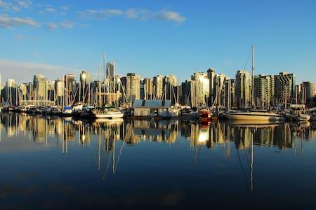 BEACH + PARKSIDE 3 LEVEL TOWNHOUSE! - Vancouver - House